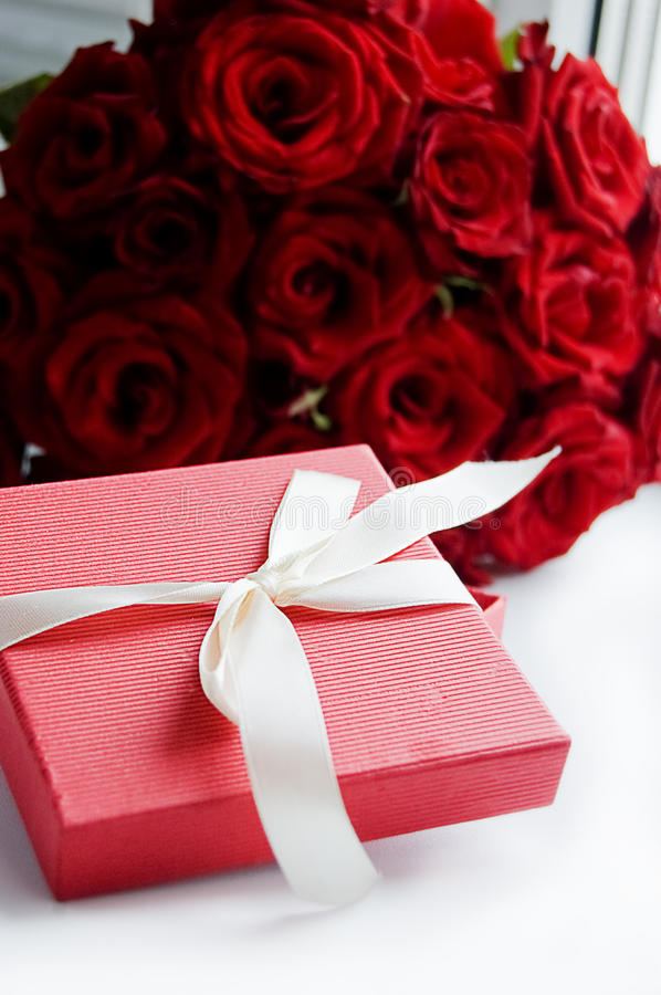 Download Gift Box And Roses Royalty Free Stock Image - Image: 15974096