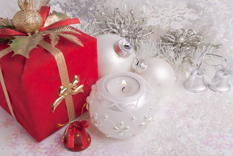 Gift, de ballen van het nieuw-Jaar en kaars stock afbeelding