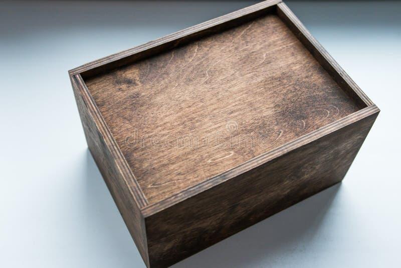 Gift in een houten doos wordt geplaatst, een gift voor een mens/gift met make-up en sokken die voor hem stock afbeeldingen