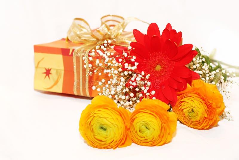 Gift en bloemenboeket royalty-vrije stock foto