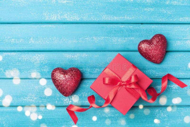 Gift en rood hart op turkooise houten hoogste mening als achtergrond De groetkaart van heilige Valentine Day stock afbeelding