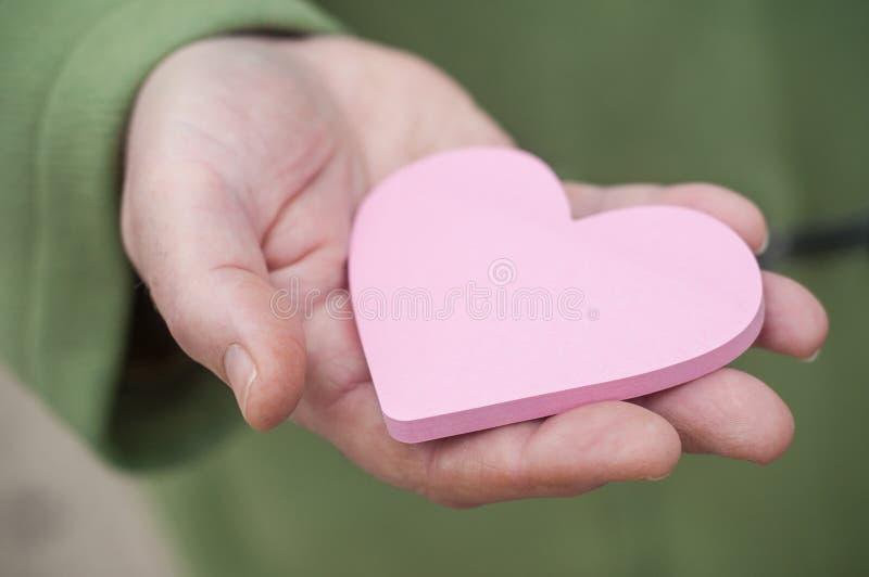 Gift in gevormd hart in vrouwenhand - valentijnskaarten dag c royalty-vrije stock fotografie