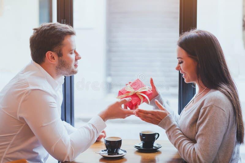 Gift, het romantische dateren royalty-vrije stock foto's