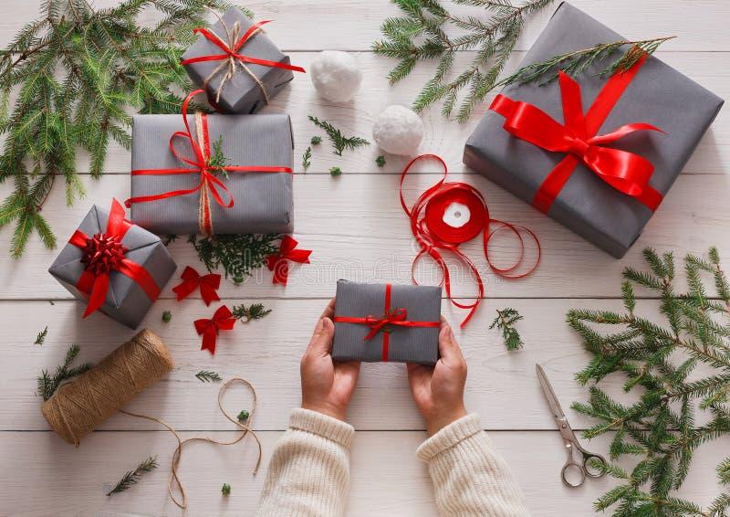 Gift het verpakken Verpakkings moderne Kerstmis huidig in dozen royalty-vrije stock foto's