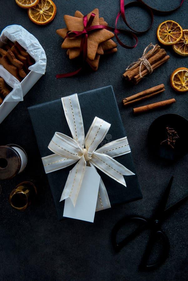 Gift het verpakken voor Kerstmis Materialen en toebehoren voor wrapp royalty-vrije stock foto