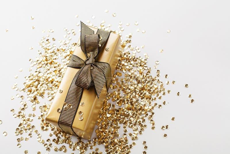 Gift of huidige vakje en gouden lovertjes op de mening van de lijstbovenkant Samenstelling voor Kerstmis of verjaardag stock foto