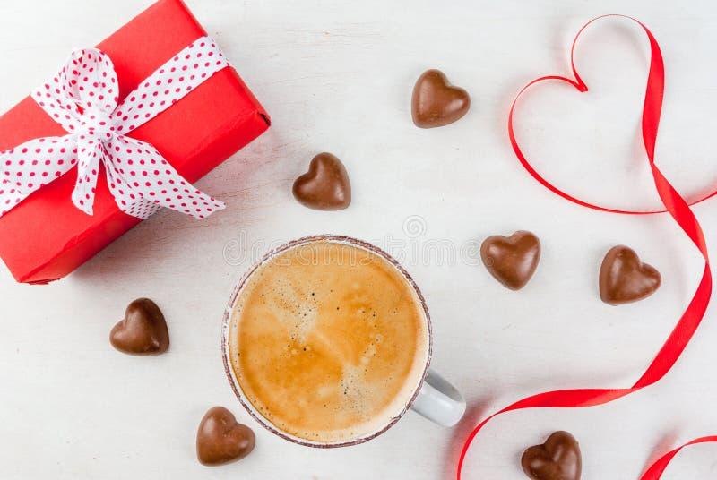 Gift, koffie en snoepjes voor de dag van Valentine ` s royalty-vrije stock foto