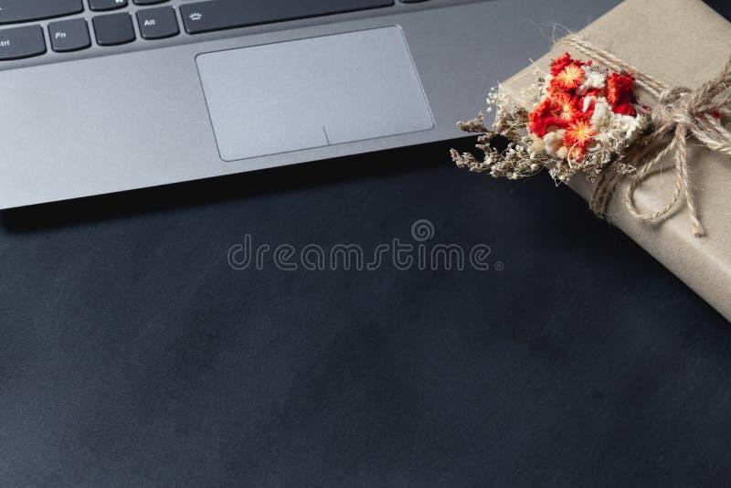 Gift-lådor med naturliga prydnadsföremål på en bärbar dator Helgdagskvarter för onlinehandel Kopiera utrymme för annonstexten arkivbild