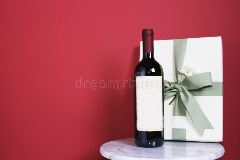 Gift met fles rode wijn royalty-vrije stock afbeeldingen