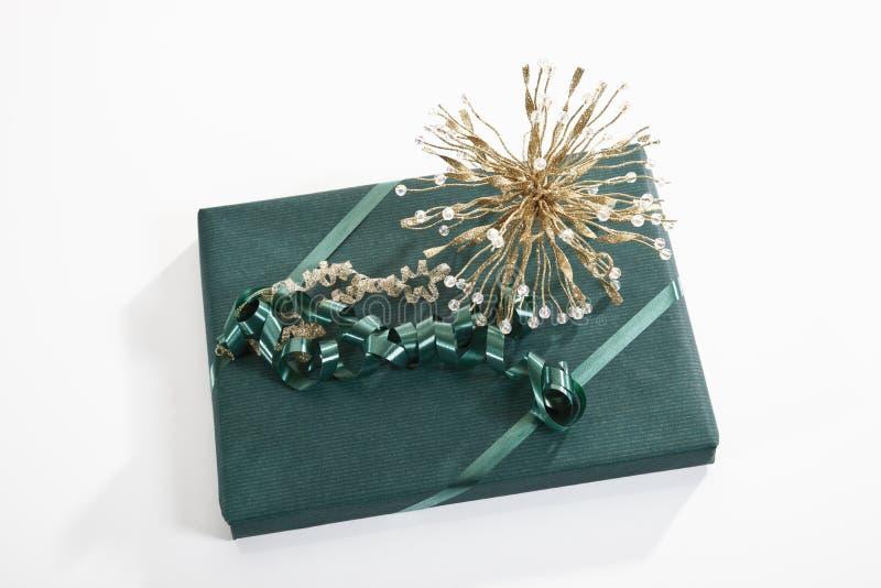 Gift met groen verpakkend document wordt verpakt dat stock afbeeldingen