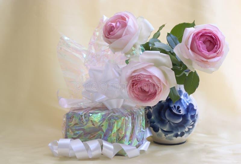 Gift met rozen royalty-vrije stock afbeelding