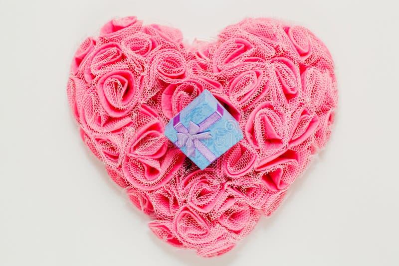 Gift op hart gevormd ornament op witte achtergrond royalty-vrije stock afbeelding