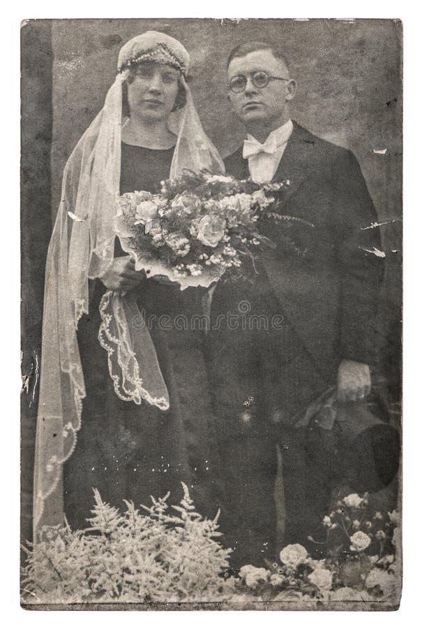 Gift par för tappningbröllopfoto precis royaltyfri fotografi