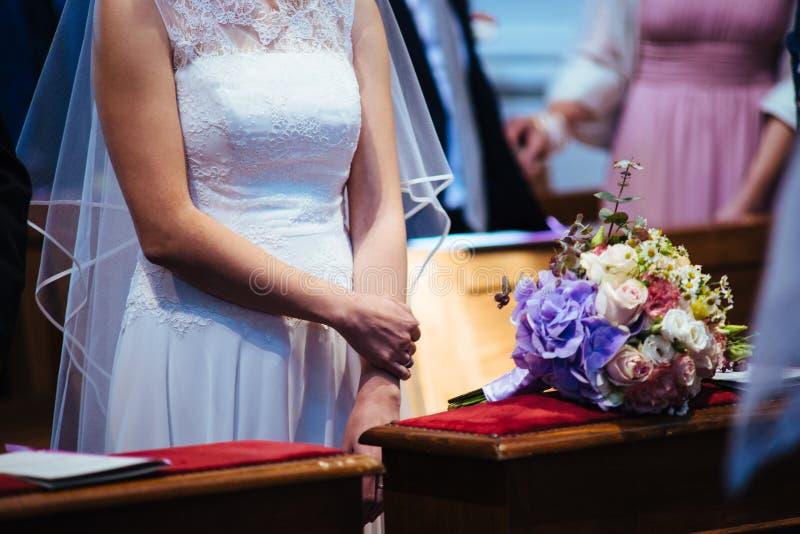 gift par i kyrka under berömmen av katoliken arkivbilder