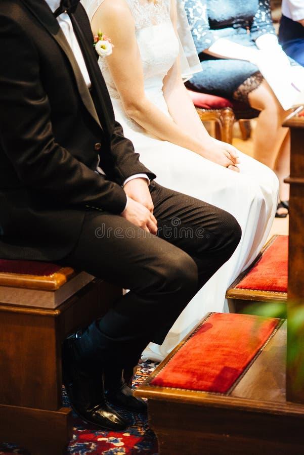 gift par i kyrka under berömmen av katoliken royaltyfri foto