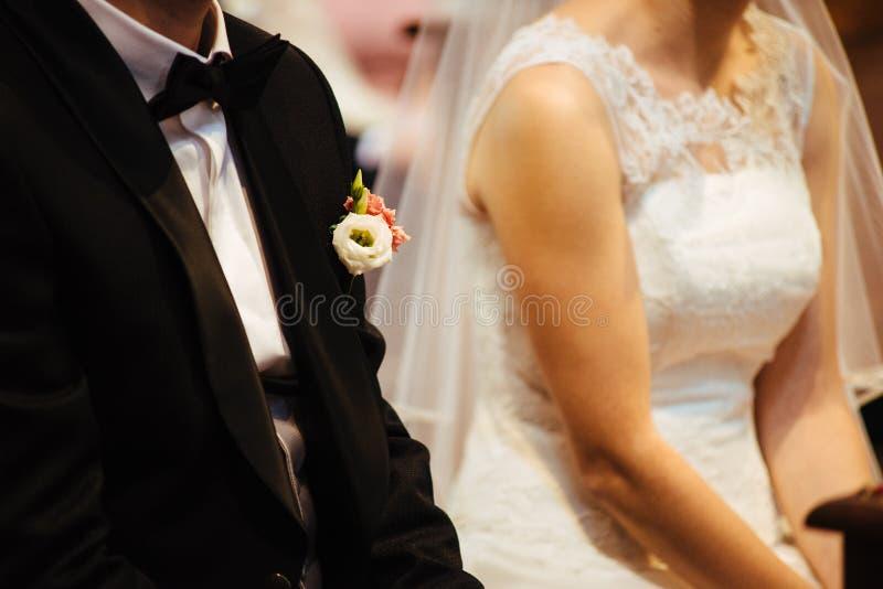 gift par i kyrka under berömmen av katoliken arkivfoton