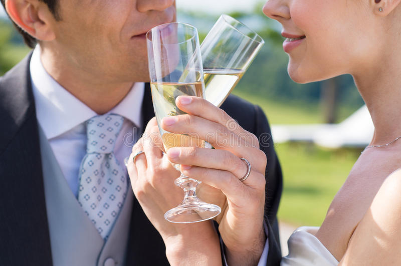 Gift par som dricker Champagne arkivfoton