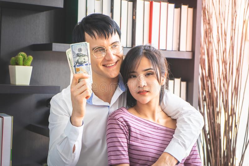 Gift par som f?r rikt i aff?r arkivfoto