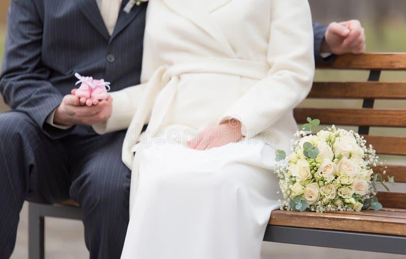 Gift par som går i parkera Fokus på bröllopbukett arkivbild