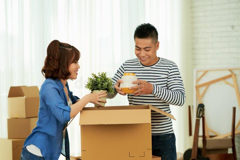 Gift par som packar upp askar royaltyfri fotografi