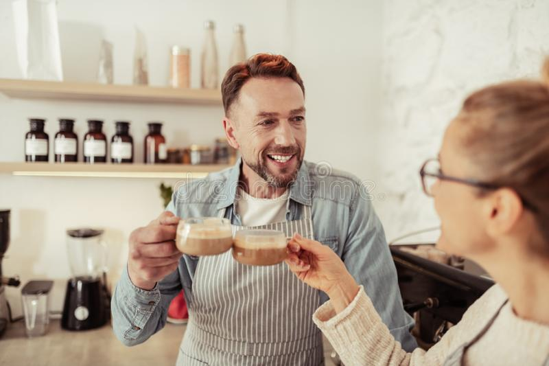 Gift par som tillsammans dricker kaffe i k?ket royaltyfri bild