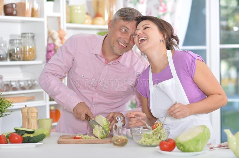 Gift par som tillsammans lagar mat arkivfoton