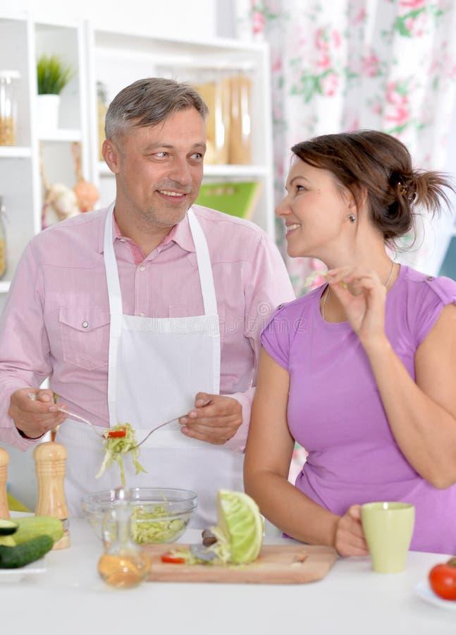 Gift par som tillsammans lagar mat arkivfoto