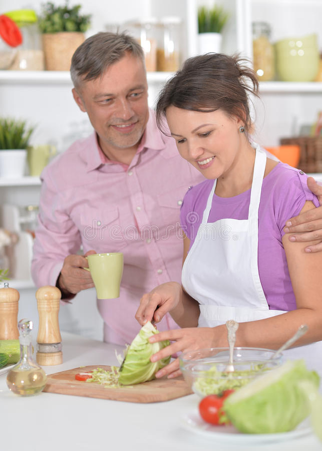 Gift par som tillsammans lagar mat royaltyfri foto