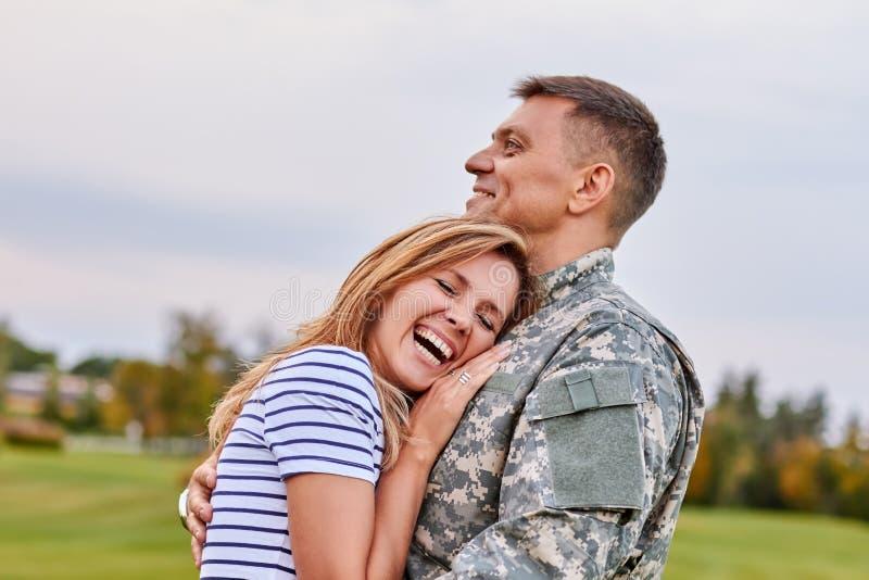 Gift soldat som kramar den utomhus- frun royaltyfri fotografi