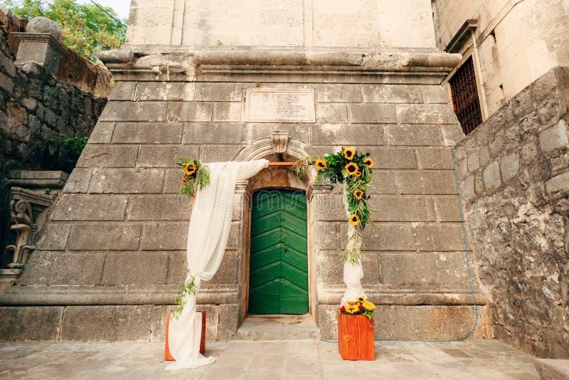 Gifta sig bågen av solrosor Ceremonin på Sten Nikola Churc arkivfoton