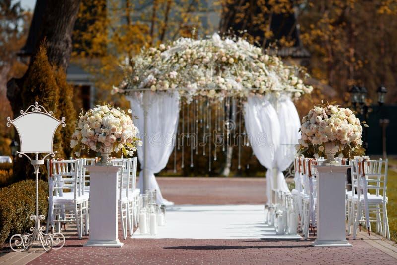 Gifta sig bågen i trädgården arkivbild