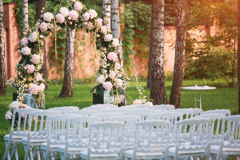 Gifta sig bågen på den utomhus- bröllopceremonin fotografering för bildbyråer