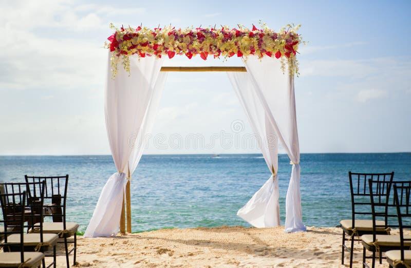 Gifta sig bågen på stranden arkivfoto