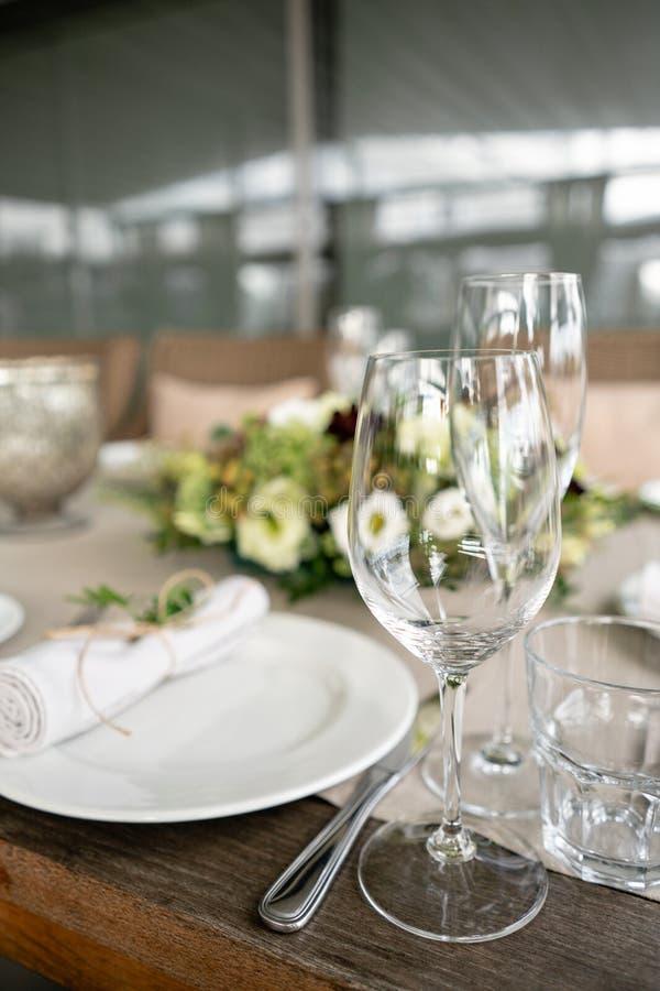 Gifta sig banketten eller galamiddagen Stolarna och tabellen för gäster som tjänas som med bestick och lerkärl Täckt med en linne fotografering för bildbyråer