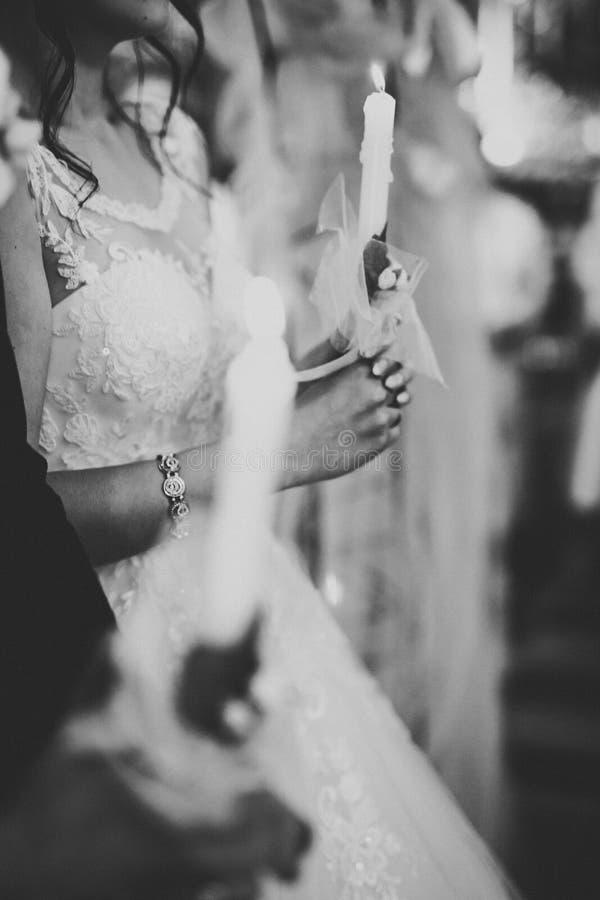 Gifta sig bidar par, och brudgummen får gift i en kyrka royaltyfri bild