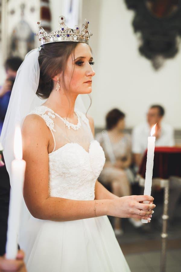Gifta sig bidar par, och brudgummen får gift i en kyrka royaltyfria foton