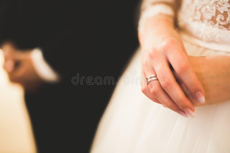 Gifta sig bidar par, och brudgummen får gift i en kyrka arkivfoto