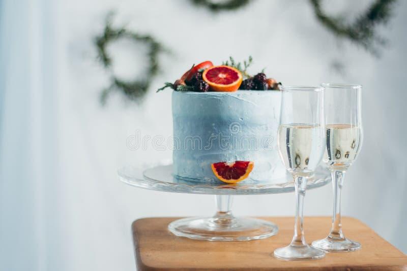 Gifta sig blåttkakan med Ñ-hampagne royaltyfri foto