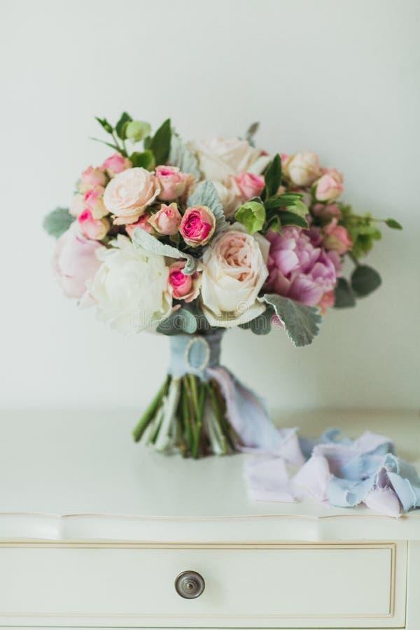 Gifta sig blommabouqete på nightstanden royaltyfria foton