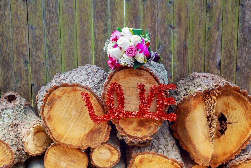 Gifta sig blommabuketten av färgrika rosor och freesia, förälskelse royaltyfria foton