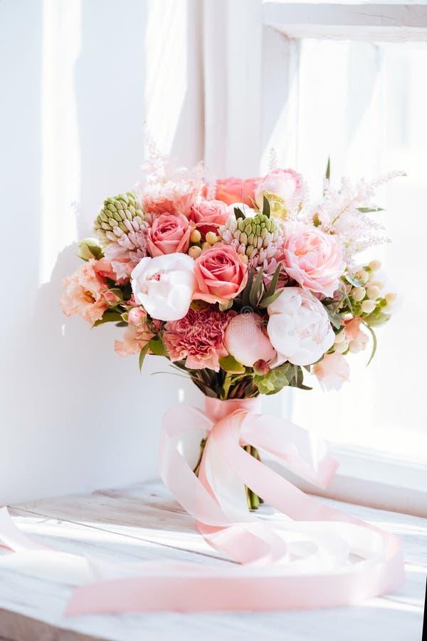Gifta sig blommor, brud- bukettcloseup fotografering för bildbyråer