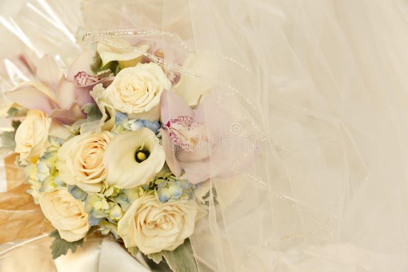 Gifta sig brud- blommor och elfenben skyla arkivfoton