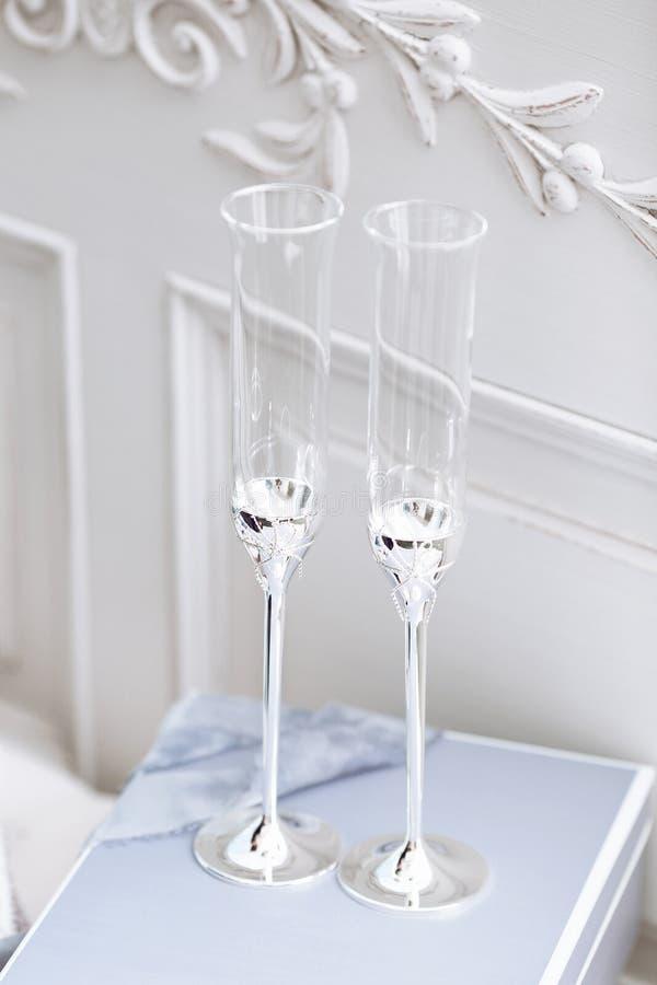 Gifta sig dekorerade exponeringsglas på tabellen arkivbild