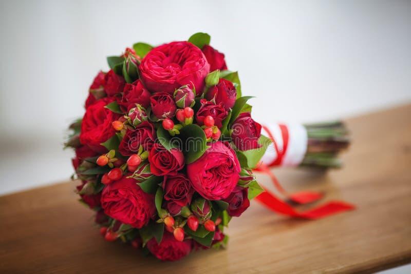 Gifta sig den brud- buketten av stora röda rosor arkivfoton