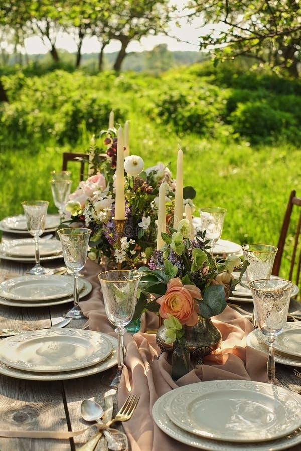 gifta sig den dekorerade tabellen, dekorbröllopmatställe i natur i trädgården royaltyfri foto