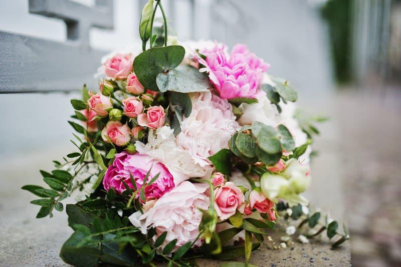 Gifta sig den härliga rosa buketten på trottoar royaltyfri fotografi