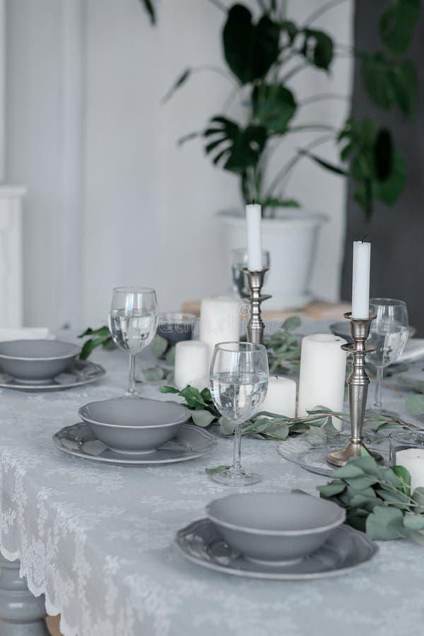 Gifta sig eller festlig tabellinställning Plattor, vinexponeringsglas, stearinljus och bestick fotografering för bildbyråer