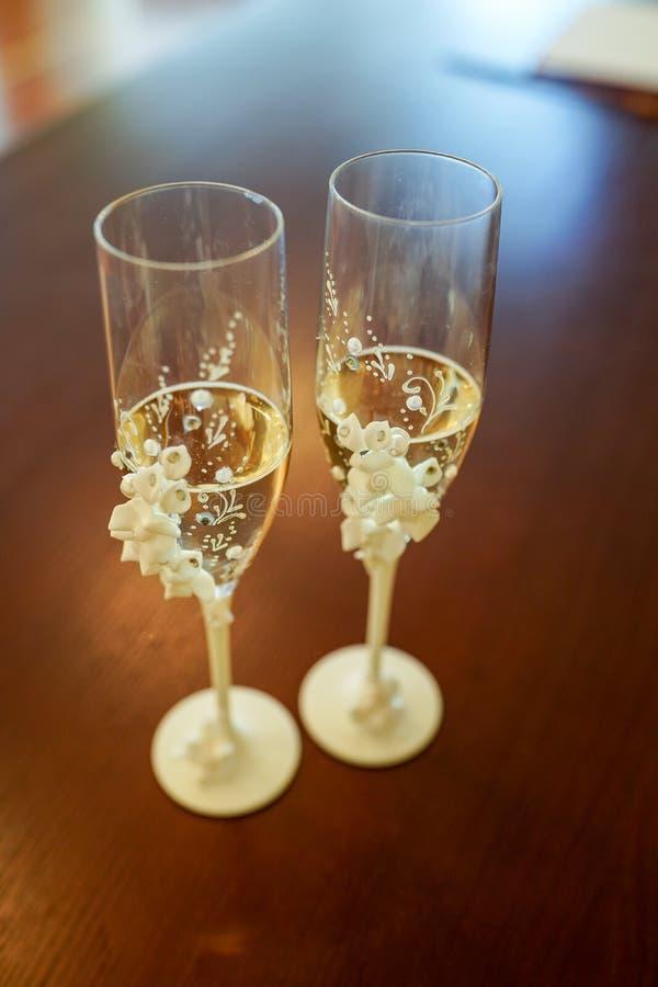 Gifta sig exponeringsglas av champagne på den mörka bakgrunden Mjuk fokus, selektiv fokus arkivfoton