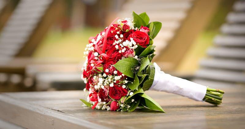 Download Gifta sig för blommor arkivfoto. Bild av floror, vitt - 19788062