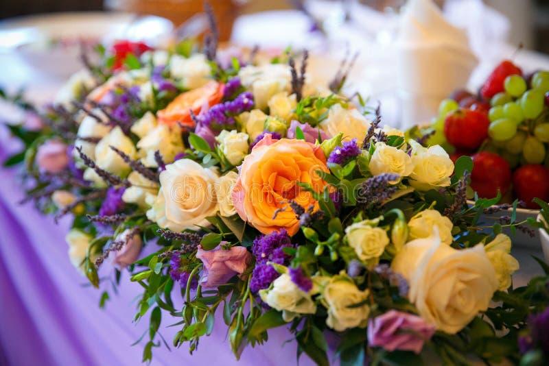 gifta sig för blommor för bukett brud- Romantisk blommande dekor, decorat royaltyfri bild